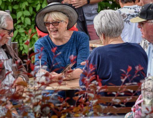 Grupo de idosos reunidos ao redor de uma mesa, conversando e rindo - novas regras da aposentadoria
