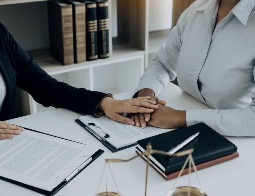 o que é pensão por morte - advogada aconselhando sua cliente