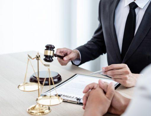 Benefício do INSS negado - duas pessoas sentadas e conversando perto de uma mesa com documentos