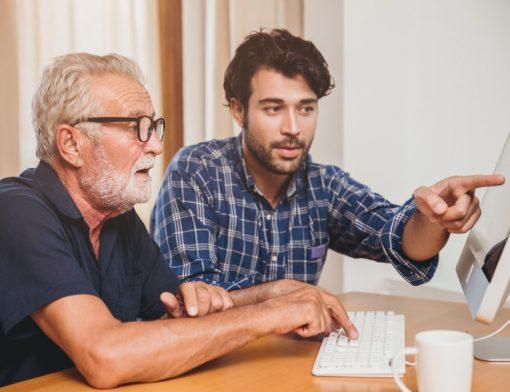 direito a aposentadoria - idoso conversando sobre o computador com seu filho