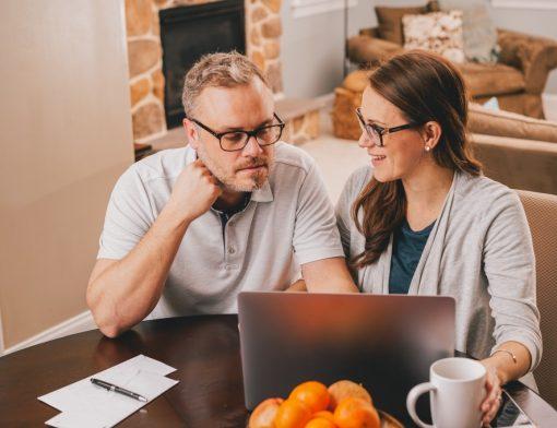 planejamento previdenciário - casal usando o computador