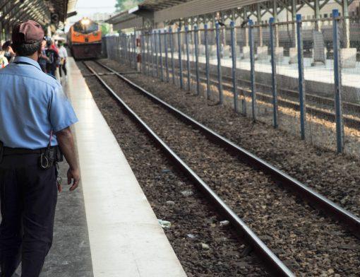 aposentadoria especial de vigilante - vigilante observando trem chegando