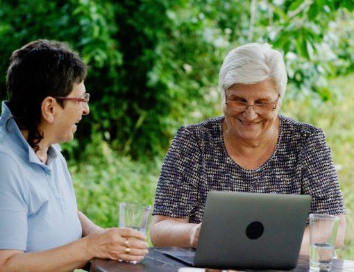 requisitos para aposentadoria por idade - duas senhoras conversando