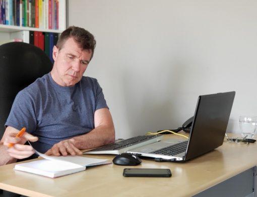 como receber beneficio atrasado do inss - homem escrevendo em um caderno